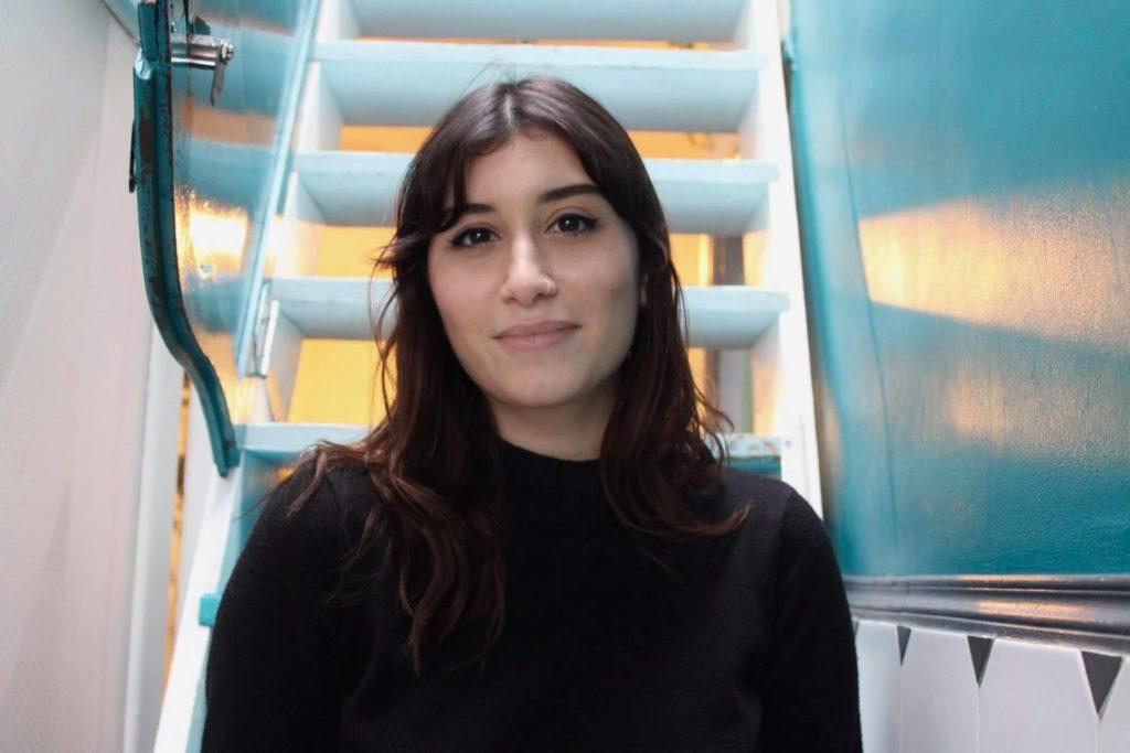 Ophélie, dans le café Le Pavillon des canaux
